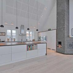 Hvidt køkken med rå mursten og trædetaljer køkken fra unoform