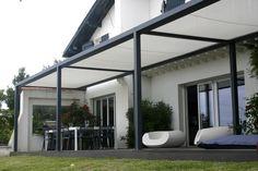 protection solaire pergola avec tissu et meubles blancs pour la terrasse extérieur