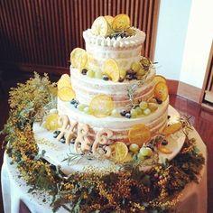 ミモザをテーマフラワーにしたウェディングを叶えられた卒花嫁「e__wd0211」さま。黄色・緑でコーディネートされたデザインにブルーベリーをプラスすることで洗練された雰囲気に♡とってもお洒落なネイキッドケーキが完成しました。