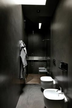 couleur salle de bain noire, petite salle de bain noire, murs et sol en béton ciré peint en noir