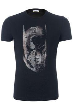 T-shirt van het merk ICEBERG in de kleur zwart. Op de voorzijde staat de print van Batman in zwarte en zilveren studs. Het t-shirt heeft een mooi slanke pasvorm en is makkelijk te combineren met een blauwe of grijze jeans. BEKIJK DETAILS