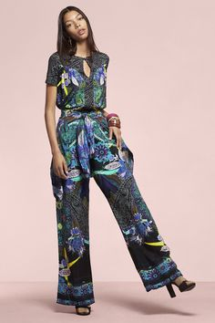 Flowing wide-fitting pants with a super trendy paisley print. Zipper fastening.