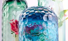 The OP-vase line by artist Bilge Nur Saltik turn a single flower into a kaleidoscopic bouquet. Cool Inventions, Industrial Design, Christmas Bulbs, Bouquet, London, Holiday Decor, Creative, Artist, Green