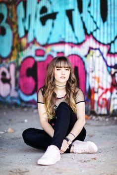 Photo Portrait, Portrait Photography Poses, Photography Poses Women, Urban Photography, Senior Photography, Photo Poses, Photography Ideas For Teens, Graffiti Photography, Teen Photo Shoots