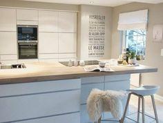 2-cuisines-blanched-avec-sol-en-bois-clair-meubles-blanches-avec-sol-en-parquette