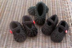 *Free Crochet Pattern: Grammy Dirlam: Textured Mary Jane's ~ New Born Size Crochet Baby Shoes, Newborn Crochet, Crochet Baby Booties, Crochet Slippers, Love Crochet, Crochet For Kids, Crochet Yarn, Easy Crochet, Crochet Children