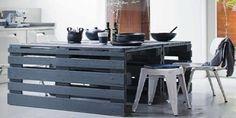 Te enseñamos a hacer una mesa de cocina con palets paso a paso. Las mesas son unos de los muebles con palets más senzillos. Anímate a decorar con palets. #cocinasrusticasrecicladas