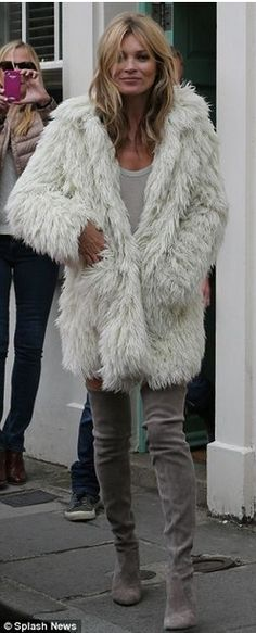 Moss really is all fur coat and literally no knickers. and why does she need a young body double? Kate Moss hello, did you not notice the gorgeous faux fur coat?Kate Moss hello, did you not notice the gorgeous faux fur coat? Looks Street Style, Looks Style, Look Fashion, Womens Fashion, Fashion Trends, Kate Moss Style, Kate Moss Body, Kate Moss Hair, Moda Formal