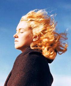 Marilyn Monroe without makeup. Funny, she looks like anyone else.
