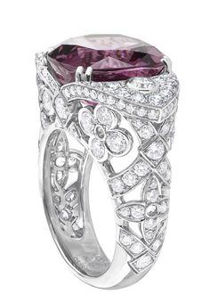 Bague en or gris, spinelle rose lilas et diamants. Louis Vuitton Haute Joaillerie, Collection Voyage dans le temps, Dentelle de Monogram.