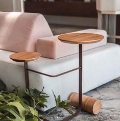 Um abraço para o sofá. Sim, a mesa lateral Frigga possui dois tampos que fazem a sequência do canto na sala de estar. Literalmente ela abraça o sofá. Deslize para o lado e descubra todo o encantamento desta peça de design. . . Marque seus amigos que adorariam ter um abraço destes em casa. . . Ambiente Estúdio da árvore @placasdobrasiloficial assinado pelo arquiteto @maxmello.arquiteto, 📷 @whydekayfilms . Table, Furniture, Home Decor, Environment, Amigos, Homemade Home Decor, Mesas, Home Furnishings, Desk