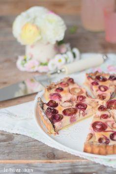 Rhabarber Cheesecake Tarte - tolle Idee, den Rhabarber einzurollen mit Baiser-Krümel ... hmhmhmh