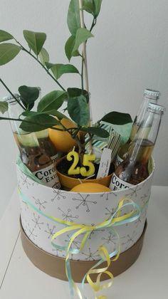 Cadeautje voor 25e verjaardag : doos van de Hema met flesjes corona en in het midden een citroenboompje.  Wat losse citroenen erbij en kaarsjes van de Hema erin en je hebt een feestelijk cadeautje!