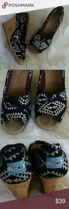 TOMS Reina Wedge Open toe heels Size 8.5 Color : Metallic (black & silver) Adorable tribal silver print  Open toe So so so comfortable Euc very gently worn. TOMS Shoes Wedges