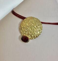 Goldanhänger - Scheibenanhänger mit Rhodolith - ein Designerstück von YvonneSterly bei DaWanda