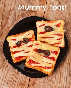 Halloween: Halloween Treats and Food Ideas. Halloween Treats are such a fun way to celebrate Halloween with your little ones. Here is a list of some of the cutest Halloween Treats and Halloween food ideas around! Comida De Halloween Ideas, Recetas Halloween, Postres Halloween, Halloween Snacks For Kids, Healthy Halloween Treats, Spooky Treats, Halloween Appetizers, Healthy Treats, Healthy Mummy