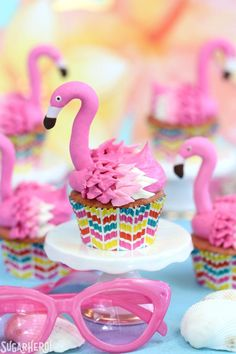 Pink, tropical with a nod to retro, seriously what's not to love about flamingos? Flamingos, flamingos, flamingo desserts everywhere! These fabulous flamingo treats are perfect and ready for summer! Here's 11 fabulous flamingo desserts to love! Flamingo Cupcakes, Pink Lemonade Cupcakes, Flamingo Party, Flamingo Rosa, Pink Flamingos, Candy Melts, Summer Birthday, 50 Birthday, Le Chef