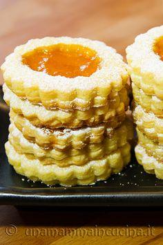 Biscotti occhio di bue con marmellata di albicocche croccanti e facili - Ricetta di unamammaincucina.it