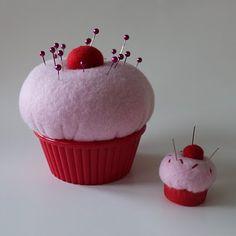 cupcake speldenkussen, t kleintje in een flessendop met elastiekje zodat je hem als ring kunt gebruiken