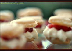 Cooqus   Macarons con nata y fresas.