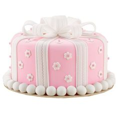 Pretty as a Present Cake - Making a fondant bow is an easy technique to learn. Strips of fondant are folded into loops and allowed to dry. Later you assemble the loops into a bow right on your cake top. Gorgeous Cakes, Pretty Cakes, Amazing Cakes, Fondant Bow, Fondant Cakes, Cupcakes, Cupcake Cakes, Bow Cakes, Present Cake