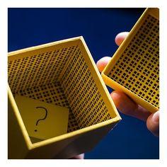 Prezentati o cutie de cadou inchisa ce poate fi oferita spre examinare. Varianta GOLD chiar arata ca o simpla cutie de cadou. Oferiti spectatorului dvs un pachet de carti si rugati-l sa isi aleaga o cartea de joc. Dupa ce spectatorul a ales cartea, spuneti-i sa deschida cutia.  Toata lumea va fi uimita sa vada ca in cutie se afla predictia cartii alese de spectator. De retinut este ca predictia ce apare in cutie va fi intotdeauna corecta! The Gift functioneaza perfect de fiecare data.