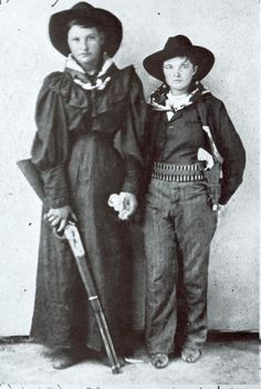 Cattle Annie and Little Britches.Anna Emmaline McDoulet, known as Cattle Annie (November 1882 - November was a young outlaw in the American Old West, most associated with Jennie Stevens, or Little Britches. Vintage Cowgirl, Cowboy And Cowgirl, Cowgirl Style, Vintage Ladies, Famous Outlaws, Old West Photos, Into The West, Cowboys And Indians, Westerns