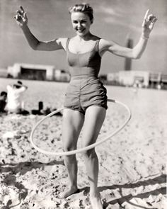 Vintage black and white photo of woman in bathing suit hula hooping on the beach Old Photos, Vintage Photos, Beach Photos, Weighted Hula Hoops, Bathing Beauties, Pin Up Style, Kettlebell, Lose Weight, Exercise