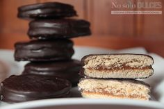 Receta de los típicos alfajores argentinos Havanna. Con dulce de leche y chocolate, estos pasteles son exquisitos para cualquier momento del día. Biscotti Cookies, Fun Cookies, Alfajores Argentinos Recipe, Chocolate Cupcakes, Chocolate Recipes, Argentina Food, Peruvian Recipes, Thinking Day, Pastry Cake