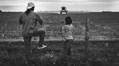 """""""Mosquito"""". Un tractor, modificado para fumigar, tira glifosato en un campo de Santiago del Estero a metros de la Escuela 146. Los alumnos sufren alergias. (Alvaro Ybarra Zavala/Reportage by Getty Images)"""