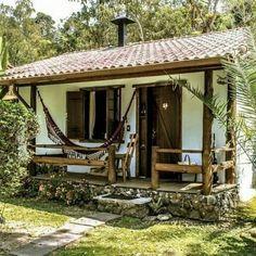 Casa de campo rústica decorada com rede na varanda Spanish Style Homes, Spanish House, Hut House, Rustic Cottage, Backyard, Patio, Forest House, Small House Design, Future House