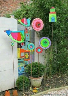 Colorful garden art by sandrine la sardine Garden Crafts, Garden Projects, Art Projects, Diy Garden, Herb Garden, Garden Posts, Garden Ideas, Garden Totems, Glass Garden