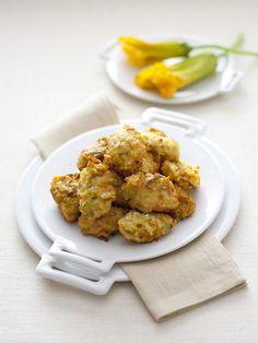 Ecco come preparare delle croccanti frittelle con fiori di zucca e acciughe: un piatto estivo facile che è una versa esplosione di sapori. Da provare! Tandoori Chicken, Ethnic Recipes, Food, Essen, Meals, Yemek, Eten