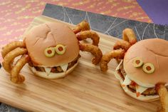 These Spider Burgers will be the talk of your Halloween party! Hallowen Food , These Spider Burgers will be the talk of your Halloween party! These Spider Burgers will be the talk of your Halloween party! Halloween Party Snacks, Halloween Desserts, Comida De Halloween Ideas, Halloween Brownies, Halloween Donuts, Hallowen Food, Halloween Treats For Kids, Halloween Appetizers, Halloween Dinner