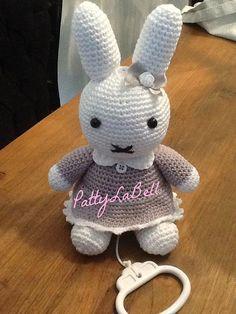 Gehaakt konijntje muziekdoosje.patroon in grijs en door PattyLaBell, €2.95