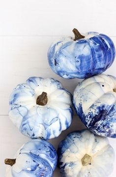 Marbled Indigo Pumpkins We love anything indigo. So when it was time to start decorating mini white pumpkins we knew we have to make them marbled indigo pumpkins! Mini Pumpkins, Painted Pumpkins, Halloween Pumpkins, Fall Pumpkins, Holidays Halloween, Halloween Crafts, Halloween Decorations, Trendy Halloween, Halloween Season