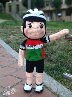 Patrón de un muñeco ciclista amigurumi. English version available.