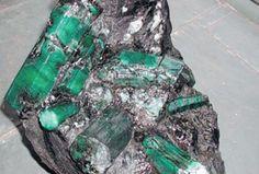 Esmeralda de 180 mil quilates, formada por 9 tubos verdes, é considerada a maior do planeta e está avaliada em 400 milhões de dólares. Foi encontrada no estado da Bahia, no Brasil, e pesa 38 kg. Fotografia: Reprodução.
