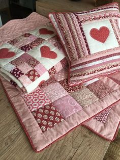 ADVERTISING Today we will learn to make a patchwork quilt with heart, how about? Do you know how to make patchwork quilt? Colchas Quilting, Machine Quilting, Quilting Projects, Quilting Designs, Sewing Projects, Heart Quilt Pattern, Patchwork Quilt Patterns, Patchwork Pillow, Quilted Pillow