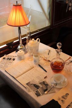 J'ai dîné dans l'Orient-Express  sans quitter le parvis de l'Institut du monde arabe. Je ne suis pas arrivée à Venise mais que ce voyag... L Orient, Simplon Orient Express, Trains, Train Travel, Home Decor Furniture, Luxury Travel, Locomotive, Fine Dining, Life Is Beautiful