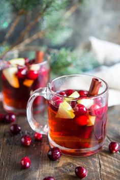 With just 5 ingredients and 2 minutes of hand& on time, this easy Slow Cooker Cranberry Apple Cider tastes great and makes your house smell amazing! Cinnamon Tea Benefits, Stevia, Cider Tasting, Cranberry Juice Cocktail, Smoothie Drinks, Smoothies, Snacks, Detox Tea, Sangria