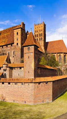 Marienburg Castle, former capital of the Monastic state of the Teutonic Knights, now Malbork, Poland Palaces, Malbork Castle, Places To Travel, Places To Go, Poland Travel, Germany Castles, Famous Castles, Medieval Castle, Central Europe