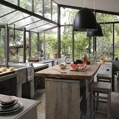 Una cocina que es básicamente un invernadero | 29 Ideas que sin duda necesitas para remodelar tu futura casa