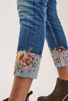 Vaqueros Wonder capri con bordado - Salsa Embroidery On Clothes, Embroidered Clothes, Diy Embroidered Jeans, Denim Fashion, Fashion Pants, Boho Fashion, Painted Jeans, Painted Clothes, Jeans Refashion