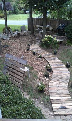 40 Front Yard Side Yard and Backyard Landscaping Ideas - Indignant corgi Wood Pathway, Wooden Walkways, Backyard Projects, Outdoor Projects, Backyard Ideas, Garden Ideas, Pallet Decking, Diy Pallet, Pallet Wood