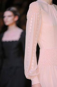 Encaje // Lace Novia en rosa? y por que no? Valentino nos deja esta joya #valentino #noviaencolorrosa #vestidodenovia