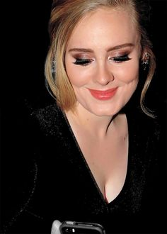 Receiving some love on her phone? Adele Pictures, Adele Photos, Adele Makeup, Adele Music, Adele Adkins, 5 Mai, Burning Bridges, Stunningly Beautiful, Absolutely Gorgeous