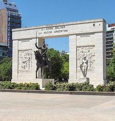 Simón Bolivar: Este imponente monumento que se encuentra emplazado en el Parque Rivadavia