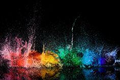 Arcoíris formado con globos de agua explotando y luces estroboscópicas.