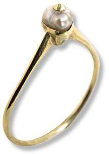 Anello   d'oro giallo, con perla montata con lavorazione a chiodo, sec. XV-XVI.
